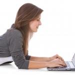Attraktives Mädchen mit Laptop