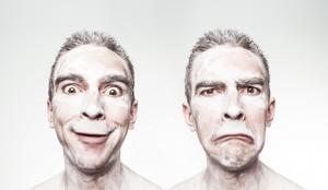 Muškarac sa smešnim i tužnim izrazom lica