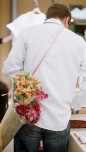 Muškarac sa cvećem