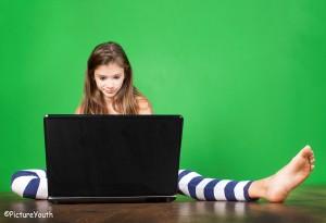 Devojčica za laptopom