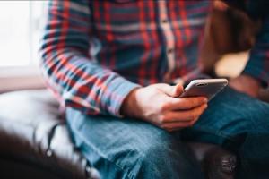 Muškarac šalje SMS
