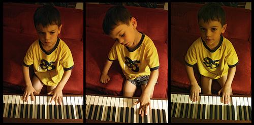 Dečak svira klavir