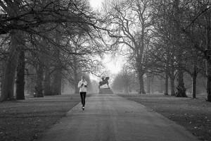 Devojka trči u parku