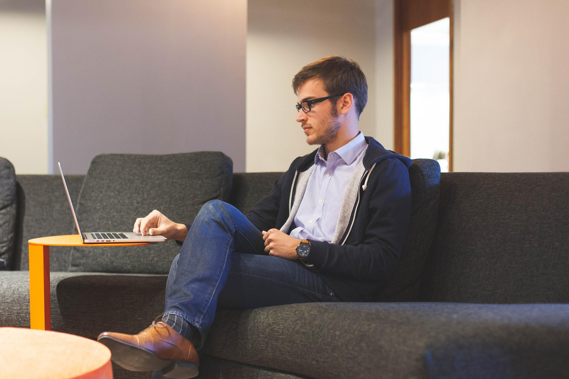 Nepravilno sedenje za radnim stolom