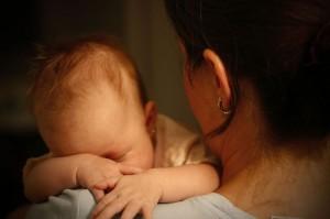 Beba na maminom ramenu