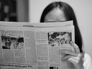 Devojka čita novine
