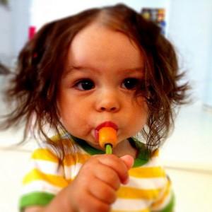 Devojčica jede šargarepu