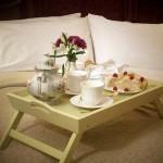 Romantičan doručak u krevetu